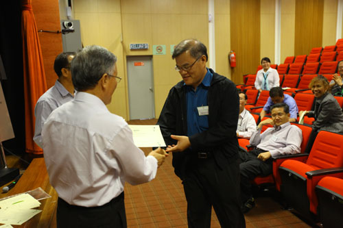 Prof Ho presents certificates to the tutors.