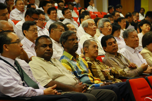From left: WOU Deputy Vice Chancellor (Operations) Dr Seah Soo Aun seated with Penang BN leaders, Dato' Dr Loga Bala Mohan (PPP), Dato' P K Subbaiyah (MIC), Dato' Dr Loh Hock Hun (MCA) and Dato' Seri Dr Hilmi Yahaya (Umno). At right is Tan Sri Khoo Kay Por, a good friend of the late Tun Lim.
