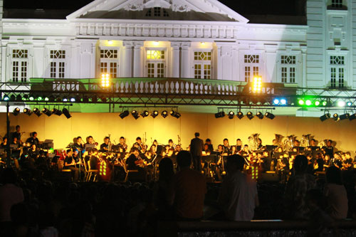 The performance lighted up against the backdrop of the Homestead in the darkened night.