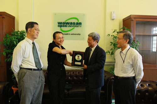 Yeoh receives the award from Prof Wong as Prof Ho (right) and Prof Chee (left) look on.