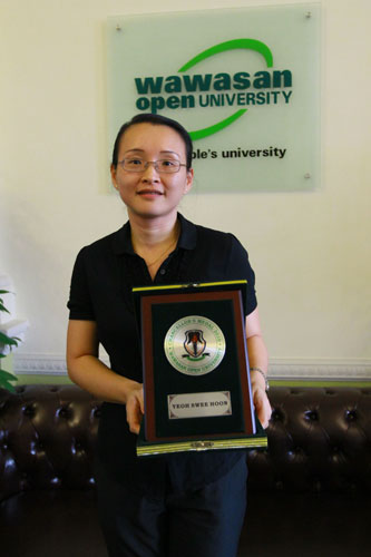 Yeoh shows her Chancellor's Medal - awarded to the top CeMBA graduate.