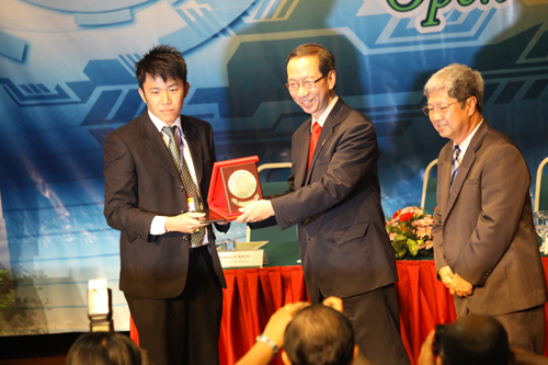 Vincent Chung (left) receives award from Tan Sri Dr Koh Tsu Koon as Vice Chancellor Prof Wong Tat Meng looks on.