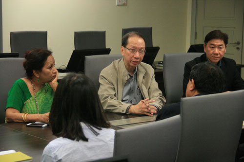Dr Koh, flanked by Prof Madhulika (left) and Yeong, expresses WOU's interest in collaborating.