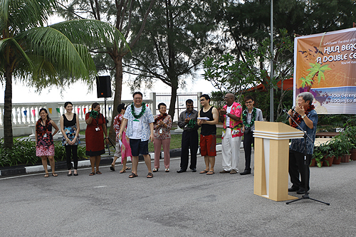 Prof Wong thanks the organising committee (standing to his right).