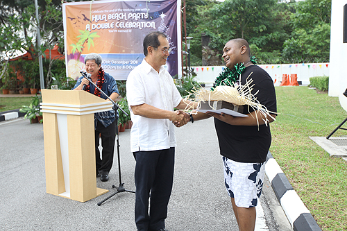 Dato' Seri Stephen Yeap congratulates Ishan (right) for winning the Vice Chancellor's award of excellence for outstanding staff.