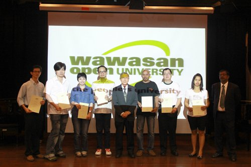 Deputy Vice Chancellor Prof Ho (centre) with recipients of the Dean's List award.
