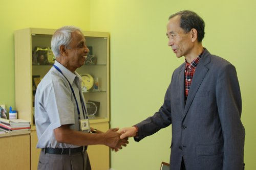 WOU Board of Governors Chairman Tan Sri Emeritus Prof Gajaraj Dhanarajan greets Prof Gyonggu Shin (right).