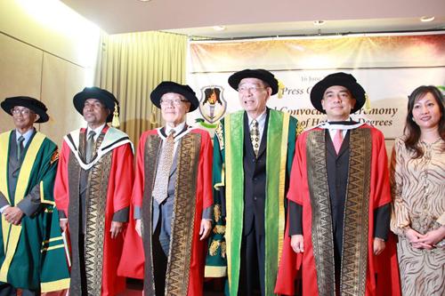 (From left) Tan Sri Emeritus Prof Gajaraj Dhanarjan, Mr Padmanathan, Prof Wang Gungwu, Tun Dr Lim Keng Yaik, Dato' Sri Nazir Razak and his wife.