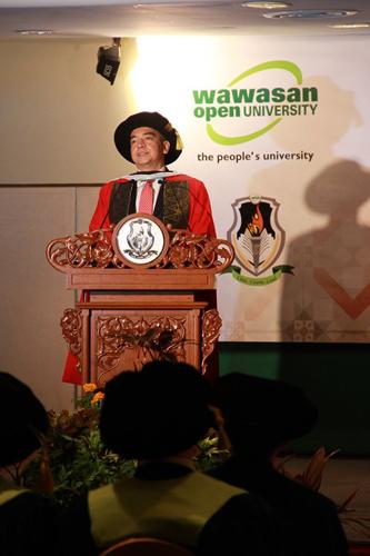 Dato' Sri Nazir delivers his acceptance speech.