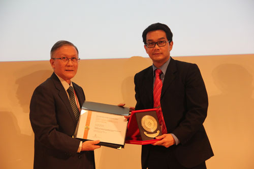 Dr Andy Liew receiving the gold award for Best Paper.