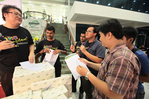 The Sun reporter Bernard Cheah (3rd from right) wins for his group.