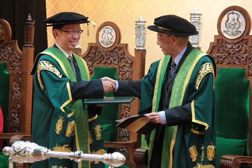 WOU Chancellor Tun Dr Lim Keng Yaik congratulates Tan Sri Dr Koh Tsu Koon.