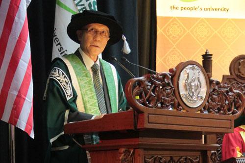 Prof Ho presents the Vice Chancellor's report.