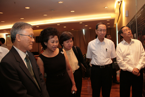 Toh Puan Wong Yoon Chuan (2nd from left) and Puan Sri Chui Kah Peng (Dr Koh;s wife) view the exhibits.