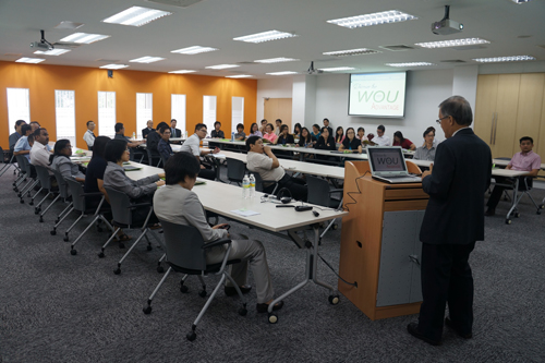 Prof Ho conducts a programme preview session for the TAR UC faculty.