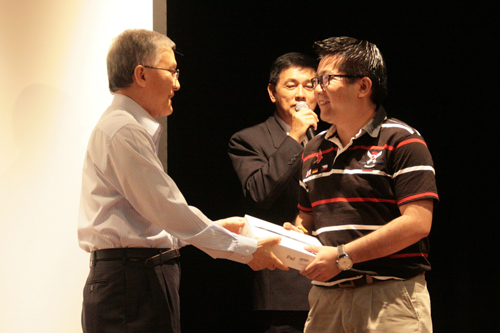 Receiving his MyEnrolment prize from Prof Ho.