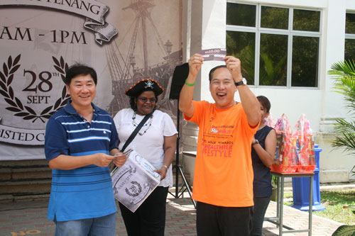 Dr Seah wins a RM10 Coffee Bean voucher. At left is Yeong.
