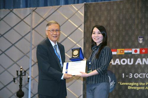Karen receives her silver medal from Prof Ho.