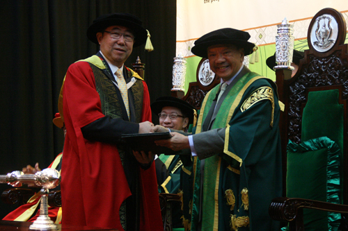 Tan Sri Lee Oi Hian receives his Honorary Degree.