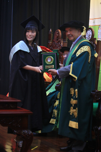 Tun Dzaiddin presents award to Cheng Chi Lyn.