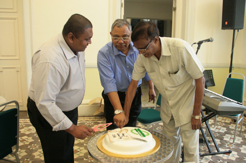 From left to right: Ishan, Prof Santhiram and Prof Narasimham cut the cake.