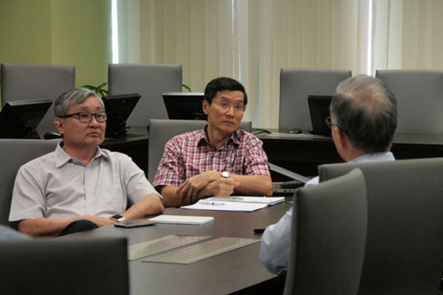Yoon (left) with Ooi(centre) in discussion with Prof Ho