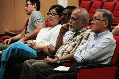 WOU Vice Chancellor Prof Dato' Dr Ho Sinn Chye (right) listens to Dr Loo.