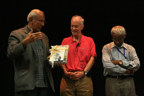 Dato' Anwar presents a gift to Dr Malone (centre). At right is Tan Sri Emeritus Prof Gajaraj Dhanarajan, Chairman of WOU's Board of Governors.