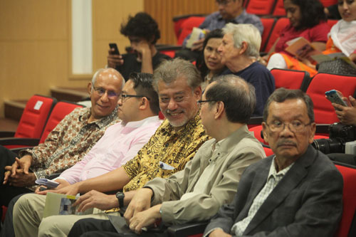 Dr Jomo chats with Pro-Chancellor Tan Sri Dr Koh Tsu Koon (2nd from right).