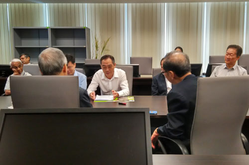 Wu Jun (facing camera, centre) in discussion with WOU management.