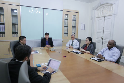 Vice Chancellor Prof Dato' Dr Ho Sinn Chye (3rd from right) joins in the discussion led by Chief Operating Officer Yeong Sik Kheong (centre).