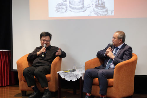 Moderator Dr Wong Chin Huat (left) from Penang Institute poses a question.