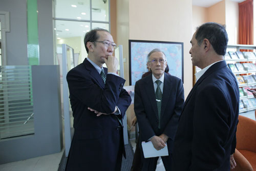 Dr Koh with Prof Ho (centre) and WOU Sdn Bhd Chairman Dato' Seri Stephen Yeap.