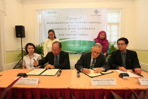 Dato' Dr Lim Weng Khuan (2nd from left) and Prof Dato' Dr Ho Sinn Chye sign the MoU.