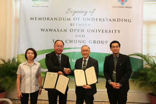 Exchange of documents between Dr Lim (2nd from left) and Prof Ho witnessed by Dr Andy Liew and Irene Seow (left).