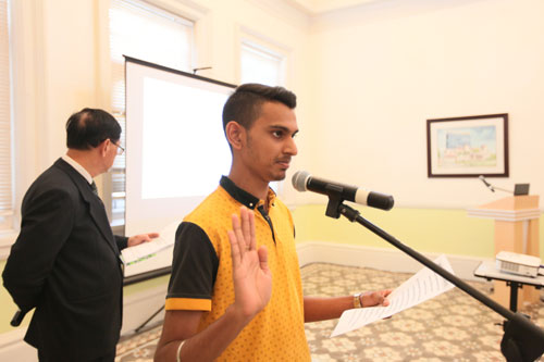 Sharvintheraan Ravi leads the freshmen in reciting the students' pledge.