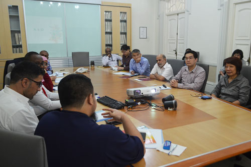 Dr Liew (facing camera, 2nd from right) elaborates on APEL (C).