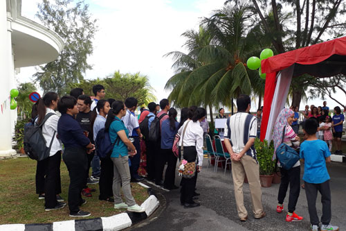 A section of the crowd listening to Prof Ho expound on the benefits of kayaking.