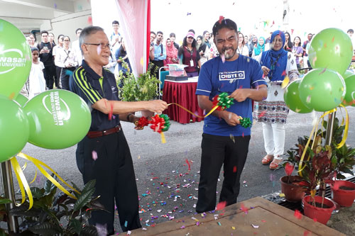 Prof Ho and Ahmad Taiff happily launch the kayaking event at WOU.