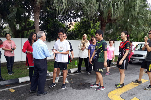 Prof Ho presents the bronze medals to the four students for 3rd placing.