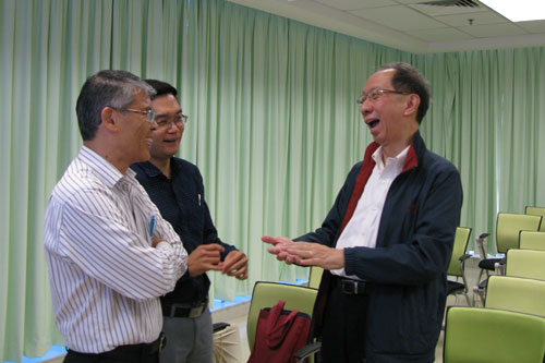 Tan Sri Dr Koh Tsu Koon (right), the University's Pro-Chancellor and Board of Governors Chairman, chats with the speakers before the start of the seminar.