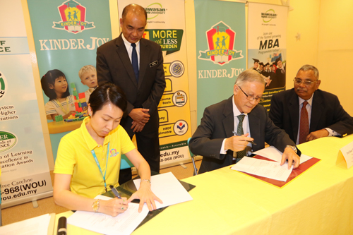 Signing of the documents by Prof Ho (2nd from right) and Ms Liu.