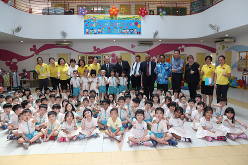 Prof Ho, Prof Santhiram, Mr K H Chong (white shirt) and Ms Ching Huey Ling (4th from left) of WOU with the staff and kids of KinderJoy.
