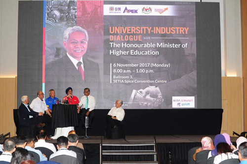 The Minister (centre) listening to the representatives from industry and academia.