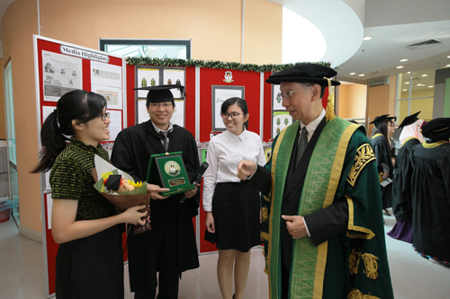 Dr Koh (right) gets acquainted with top ODL undergraduate student Cheong and his daughters Jia Min, 18, (left) and Jia Yi, 17.