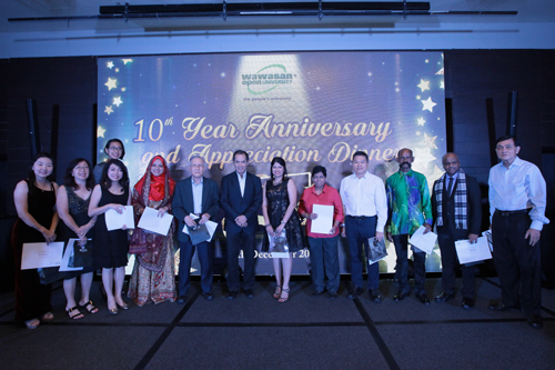 Prof Dato' Dr Ho Sinn Chye (6th from left) and other 10-year service award recipients pose with Dato' Seri Stephen Yeap (centre).