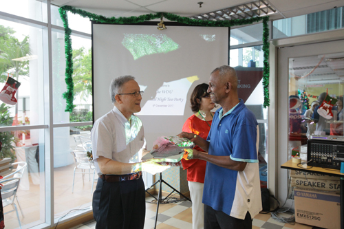 Prof Ho presents a framed poem and a thumb drive containing a recent brief interview by ETP staff with Mami.