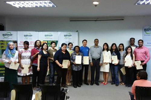 Dr Nagarajan with the Dean's List recipients from Kuala Lumpur Regional Centre.