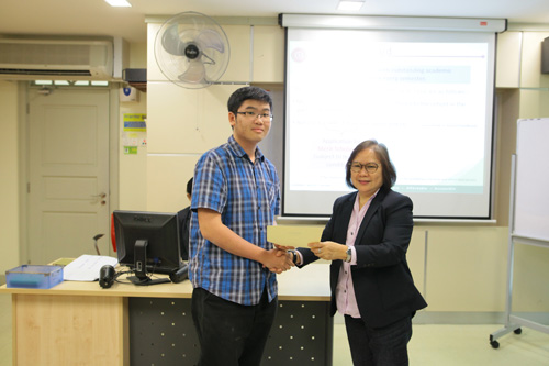 Ong Sze Khai receives the Dean's List award on behalf of all the recipients.