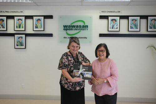 Prof Zoraini presents a memento to Gail Townsend (left) from UNESCO.